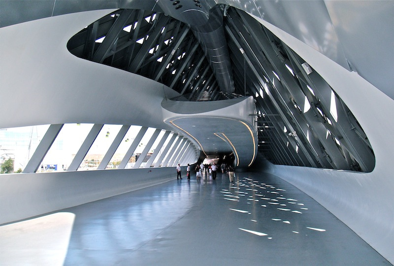 Entrada al pabellón puente de Zaha Hadid en la Expo Zaragoza 2008
