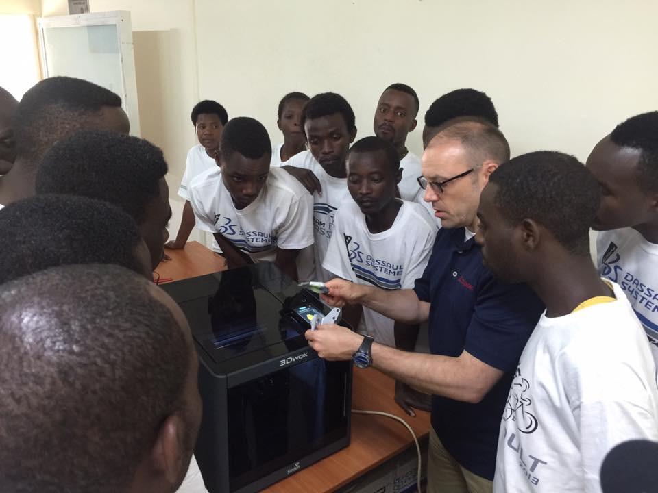 Estudiantes de Rwanda aprendiendo SOLIDWORKS